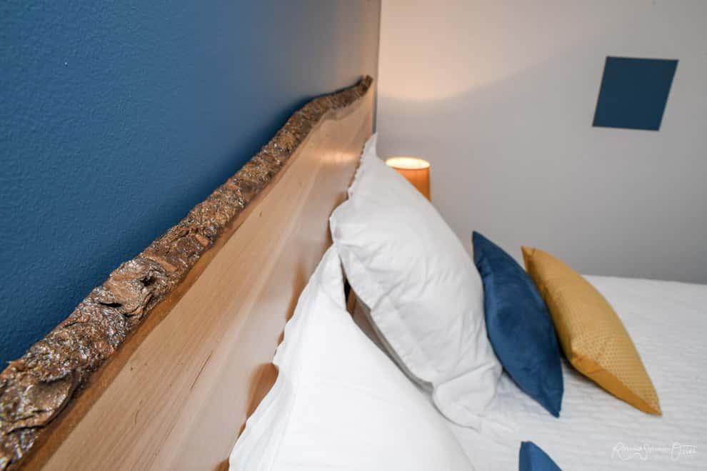 Element de déco planche de bois brut en tête de lit