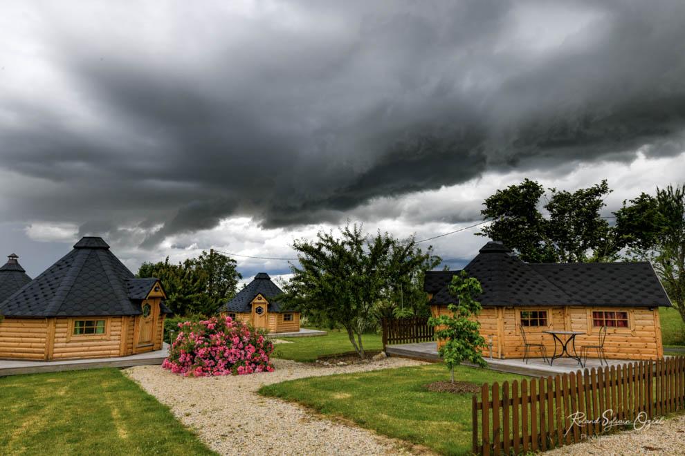 Notre petit village atypique sous les nuages
